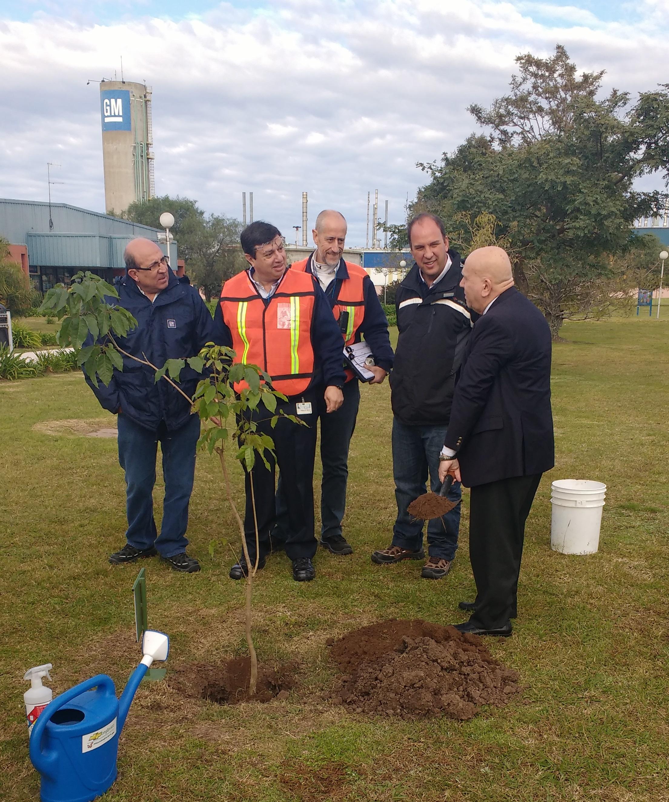 Plantación de árbol en GM junto a Mtro de Medio Amb pcia Sta Fe, Jacinto Speranza