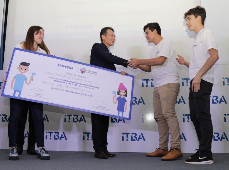 Sang Jik Lee, Presidente de Samsung Argentina entrega premio al equipo ganador