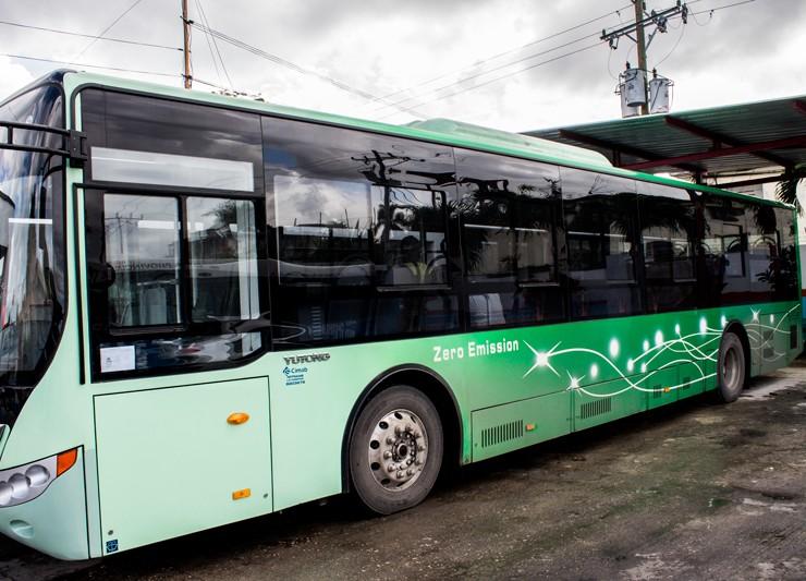 chofer-ecologico-omnibus-electrico-china-2