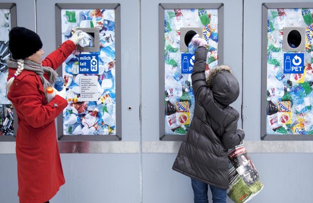 1.12.2009, Pet- und Milchflaschen Recycling. ©Monika Flueckiger